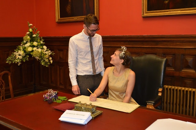 bristol-registery-office-bride-and-groom-signing-wedding-certificate
